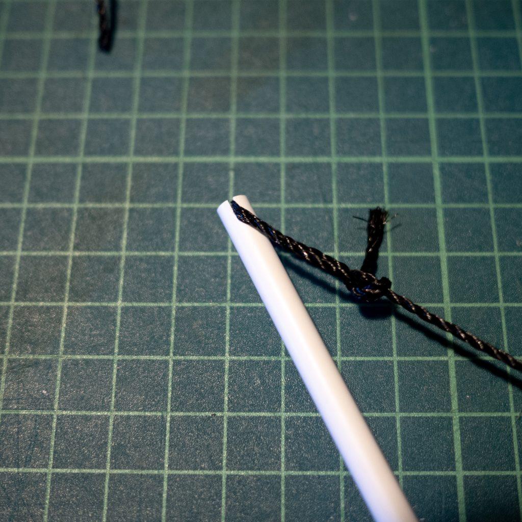 両端のチップにストリングの輪を引っ掛ける